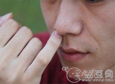 鼻子上有条状物被挤出