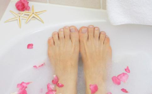 夏天可以泡脚吗 夏天泡脚的好处 夏天泡脚的注意事项
